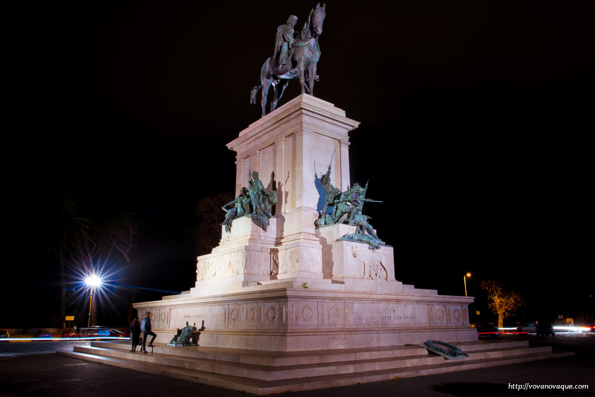 Juseppe Garibaldi monument in Rome at night