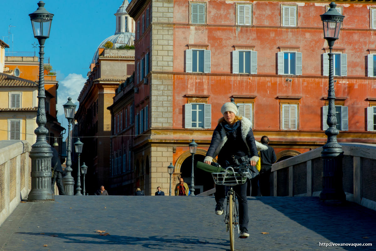 Do people ride bicycles in Rome