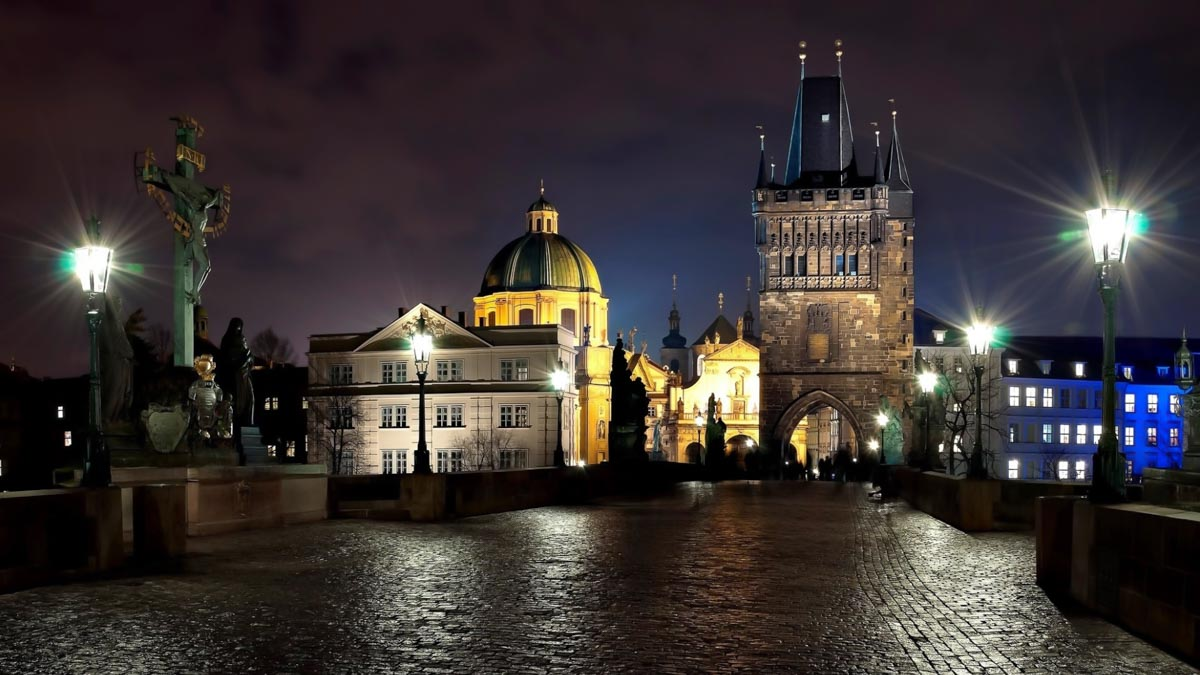 What to do in Prague at night: night city tour